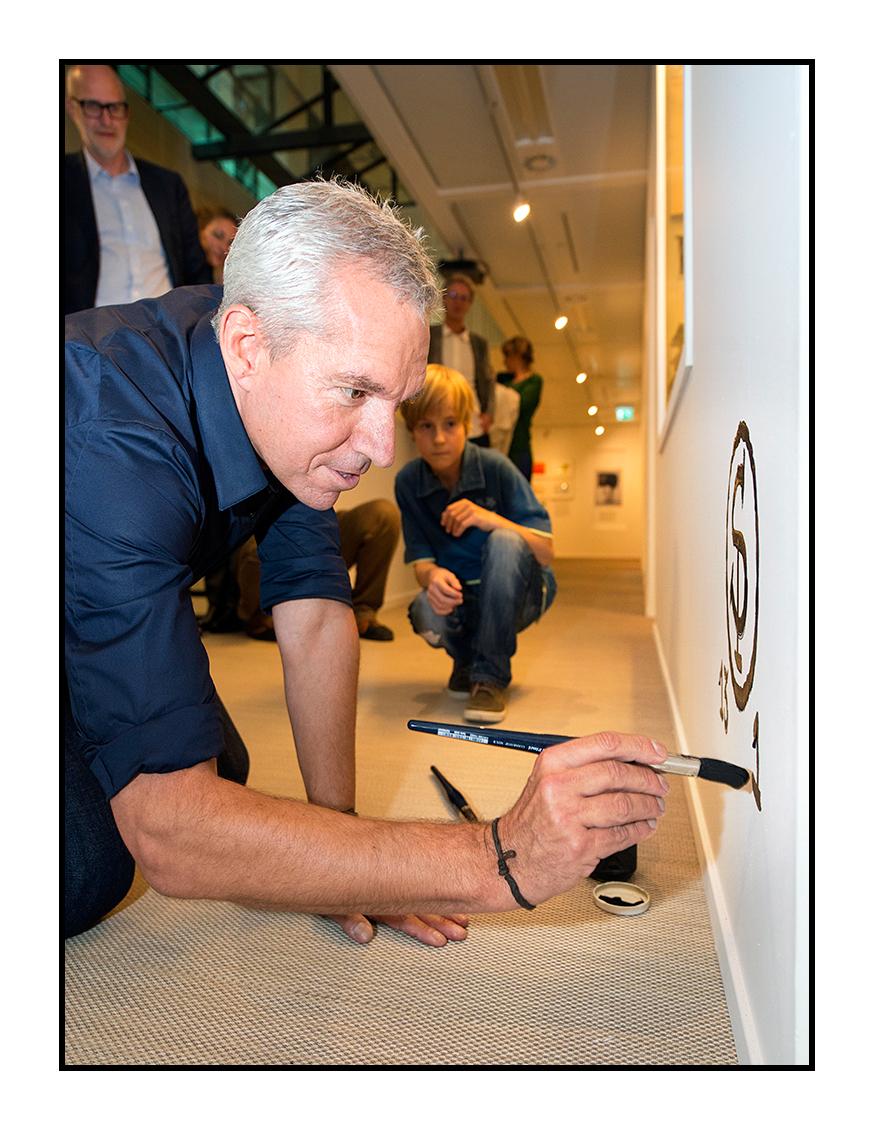 Sieb Posthuma signeert in september 2013 zijn tentoonstelling in het Letterkundig Museum