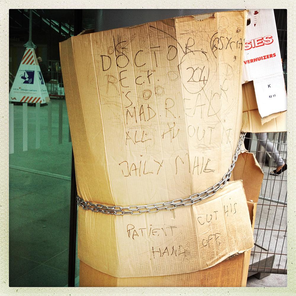 #13 Onnavolgbaar! Absurdistisch volgeschreven stuk karton op station Den Haag Centraal