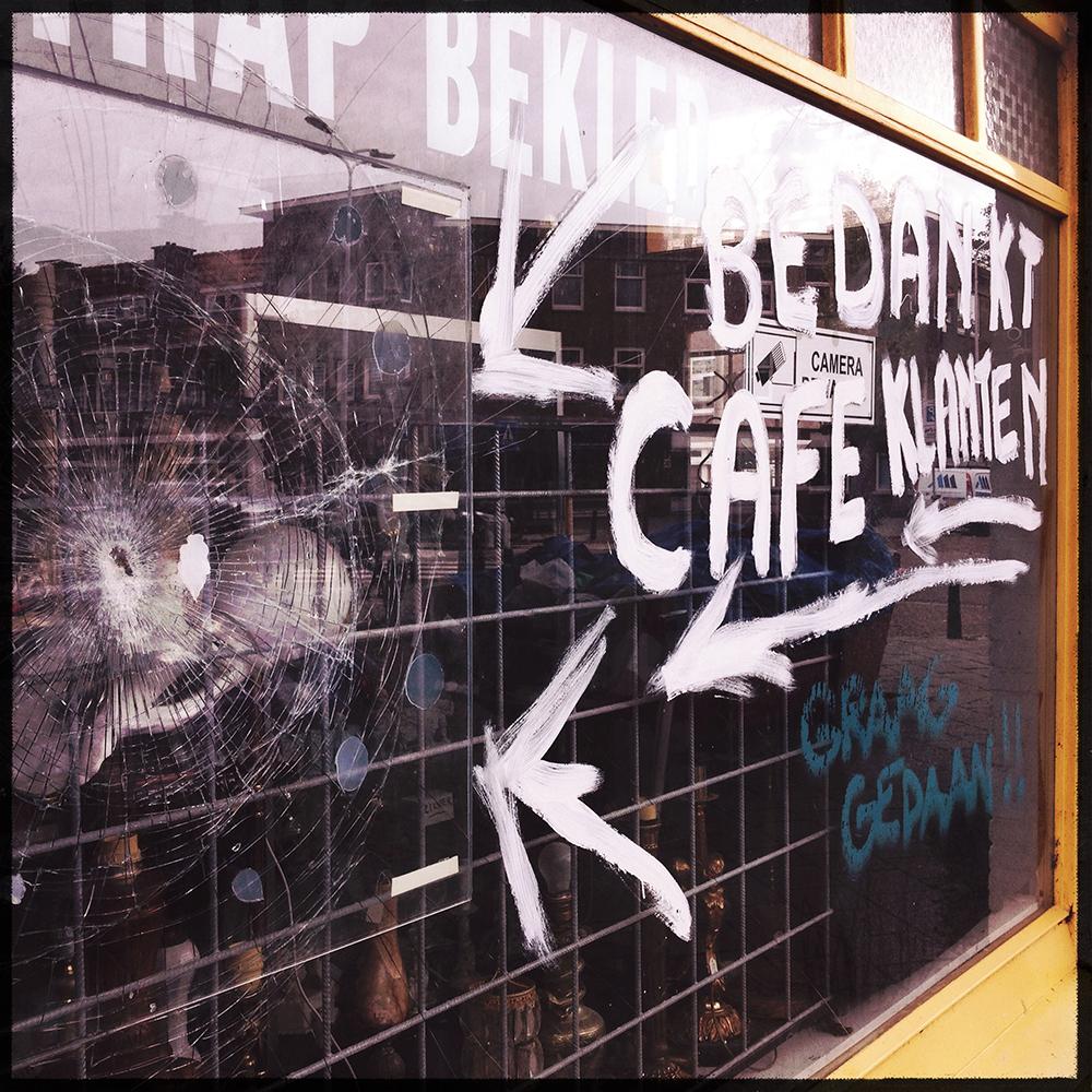 Straattekst nr. 15 Winkeleigenaar bedankt café klanten voor ingegooide ruit.