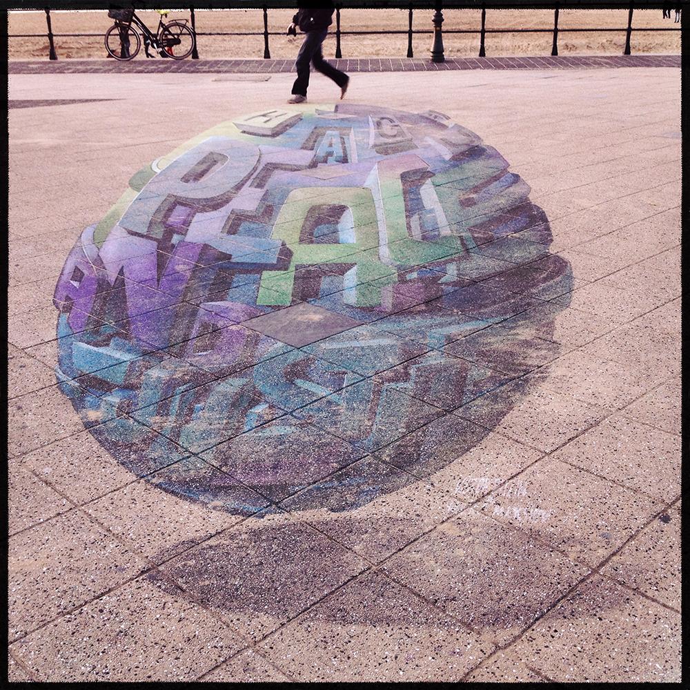 Straattekst nr. 16 Kunstenaars hebben de boulevard van Scheveningen opgeluisterd met 3D krijttekeningen