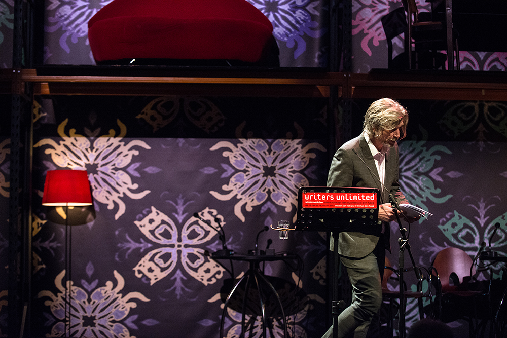 Karl Ove Knausgård verlaat het podium van Writers Unlimited 2015 in Den Haag