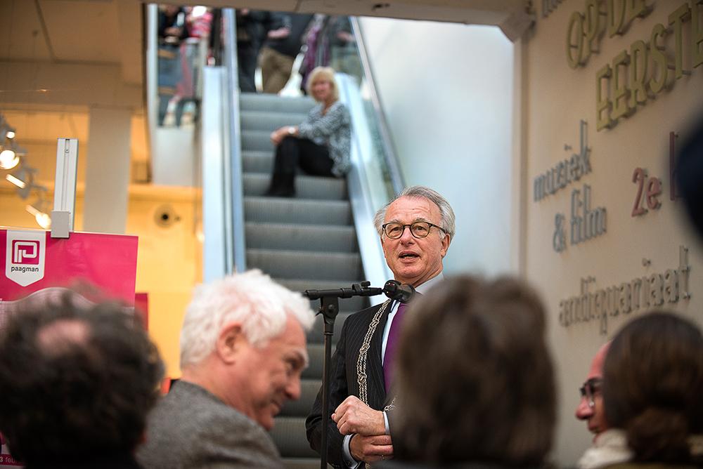 Feestelijke opening van het nieuwe filiaal van boekhandel Paagman aan de Lange Poten in Den Haag.