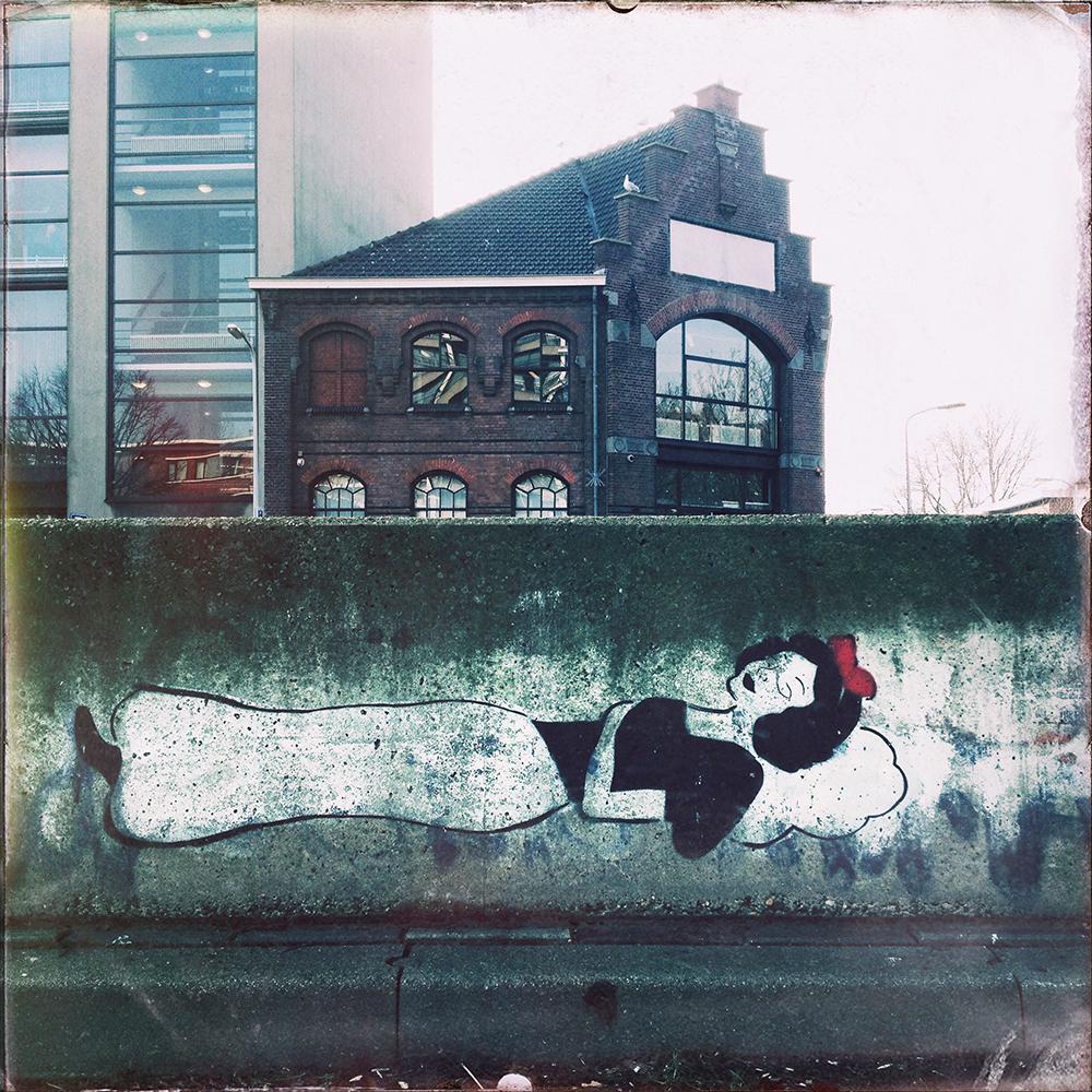Straattekst in nr. 4 van 2015, Sneeuwwitje op een betonblok aan het Westeinde in Den Haag