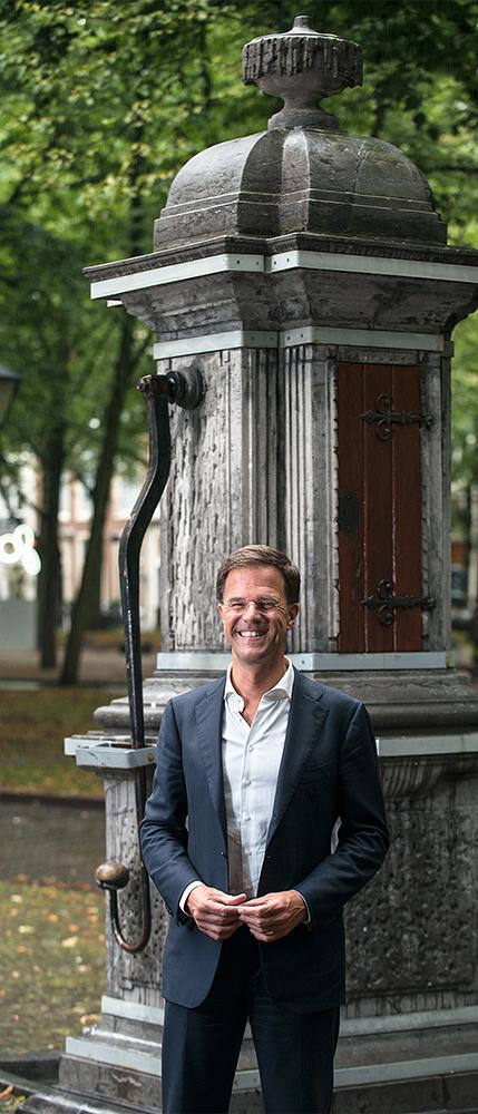 Mark Rutte voor de waterpomp op het Lange Voorhout