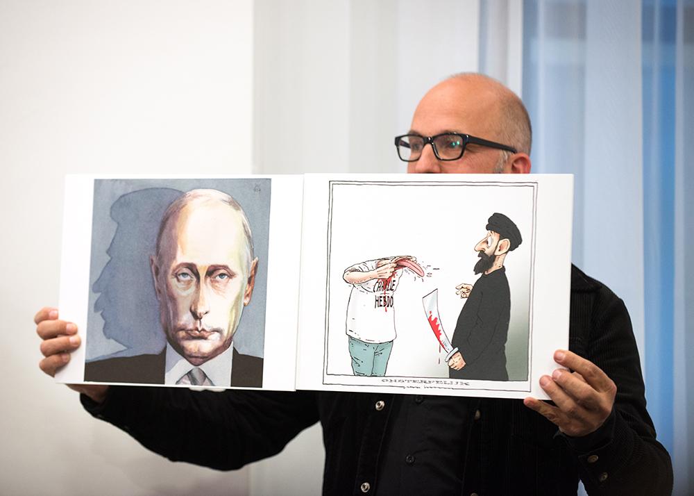Tijdens de uitreiking van de Inktspotprijs 2015 werden de twee cartoons getoond waar het om spande. Joep Bertrams won met zijn cartoon. (rechts in beeld) van die van Sigfried Woldhek.