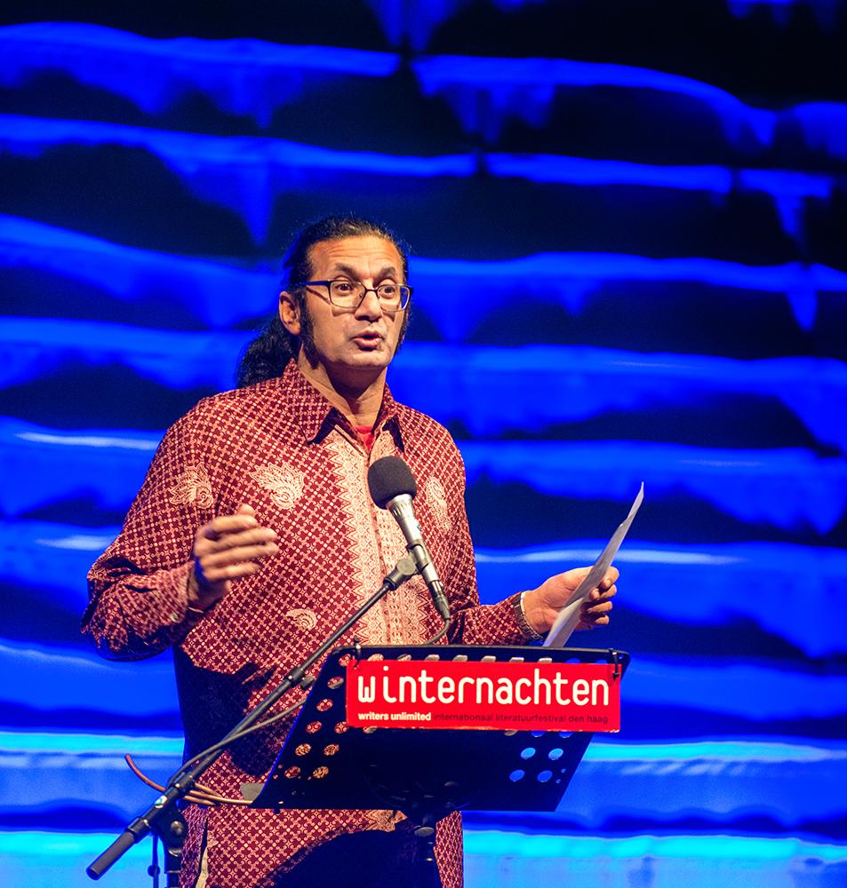 Schrijver en dichter Rodaan Al Galidi tijdens de uitreiking van de Jan Campert-prijzen 2015 als onderdeel van Winternachten 2016 in Theater aan het Spui.