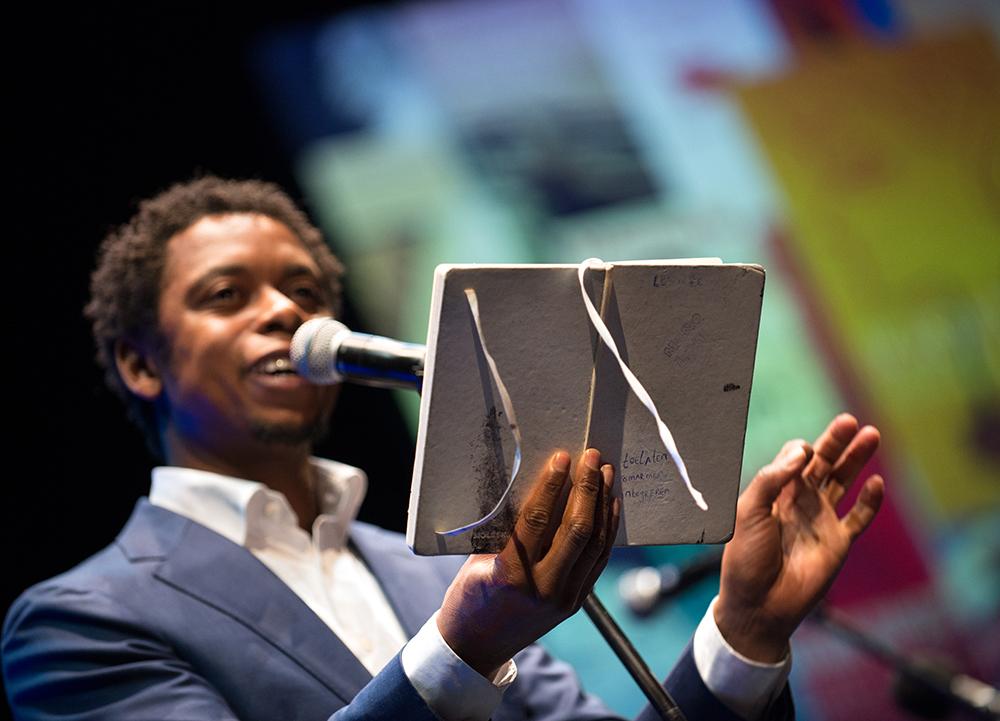 Rapper Typhoon zingt Adriaan van Dis toe tijdens de uitreiking van de Jan Campert-prijzen. Van Dis won de Constantijn Huygens-prijs 2015 voor zijn gehele oeuvre.