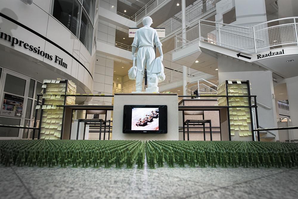 Het kunstwerk 'Tank Man' van Fernando Sánchez Castillo in het paviljoen van Arend Groosman. Tot 15 januari 2016  te zien in het Atrium van het stadhuis in Den Haag als onderdeel van de tentoonstelling 'Om nooit te vergeten...' door Stroom Den Haag.