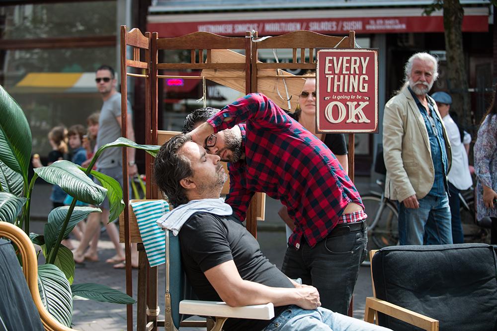 Een heuze barbier presenteert zijn kunsten tijdens het Zomerfestival Weimarstraat 2016