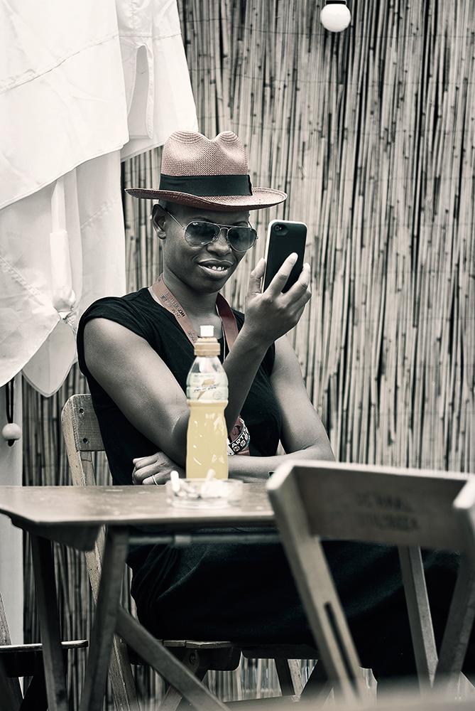 Skin en haar smartphone op Lowlands